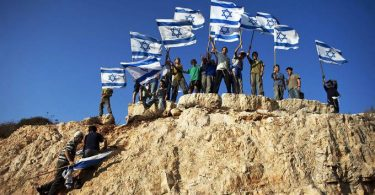 Colonos israelenses no assentamento de Itamar, leste de Nablus, na Cisjordânia (Reuters)