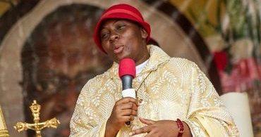 """Mulher que diz ser """"Deus na terra"""" atrai multidões na África"""