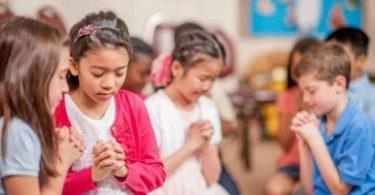 Grupos de estudo da Bíblia crescem enquanto clubes satânicos fecham nas escolas dos EUA