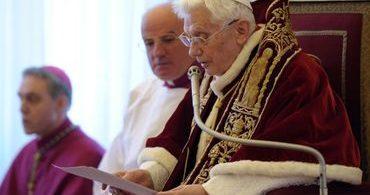 Bento XVI diz que Igreja Católica tirou prioridade de Deus na liturgia