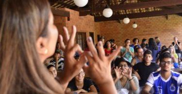 """Pastora fala sobre desafios do ensino bíblico para surdos: """"Não há Bíblia clara em Libras"""""""