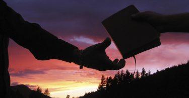 Como posso evangelizar meus amigos e membros da família sem ofendê-los ou afastá-los?