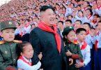 """Coreia do Norte ensina crianças a reverenciarem ditadores como """"deuses"""""""