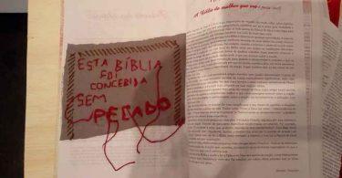 Exposição tem Bíblia rasgada e com partes íntimas desenhadas, no Recife