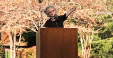 Devemos deixar a prosperidade e orar pelos perseguidos, diz filha de Billy Graham