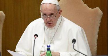 """Papa Francisco compara o aborto a """"contratar um assassino profissional"""" e diz que nunca dá para se desculpar o aborto"""